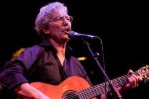 Foto Luciano MAio con la chitarra 1