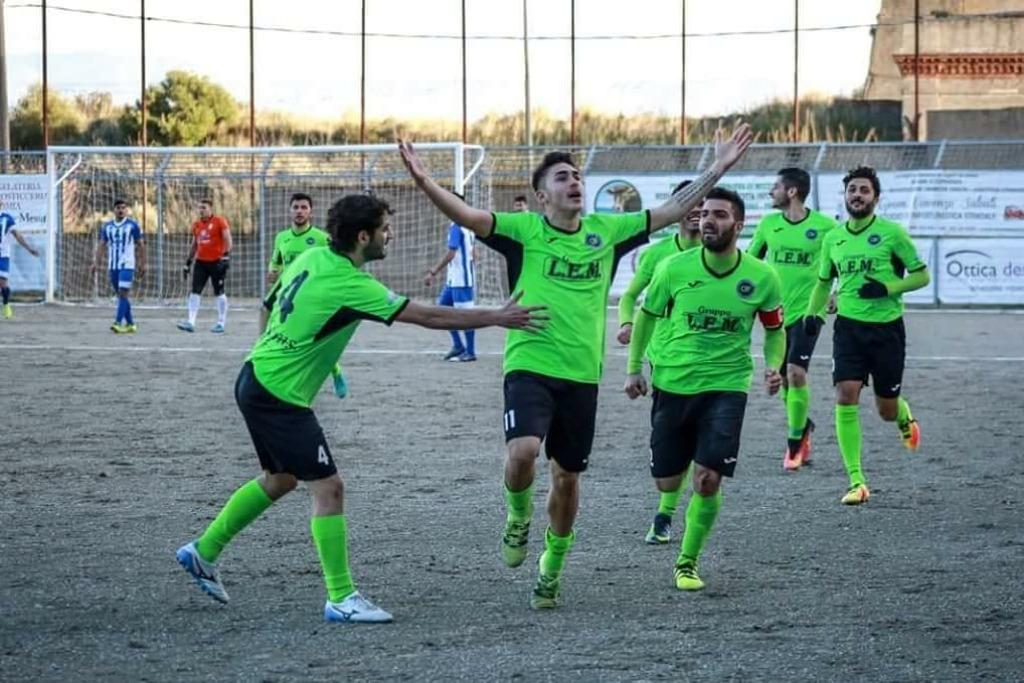 Calcio la ssd 1937 milazzo ingaggia rossano l asd for Papino arredi catania